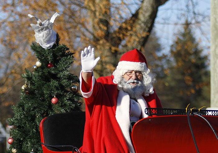 Babbo Natale sulla slitta che saluta